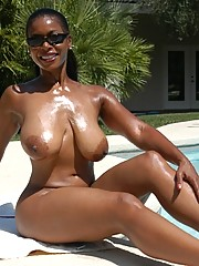 Nude black mom Semmie Desuora stripping..